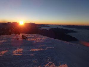 Lever du soleil au sommet du Mont Blanc
